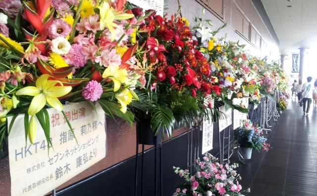 2012年7月、指原さん移籍後、初の劇場公演。多くの花が飾られ、歓迎ムードが醸し出された
