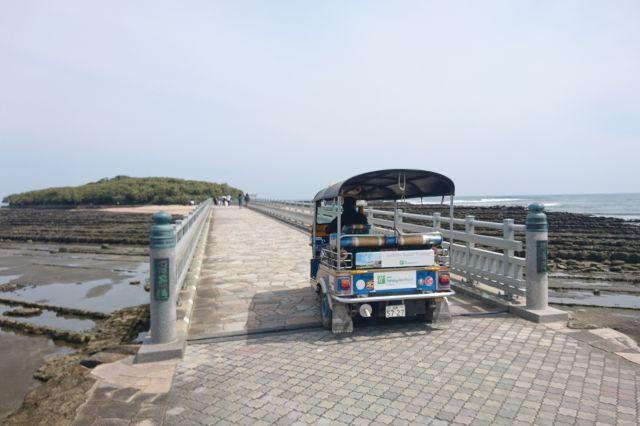 名物の三輪タクシー「トゥクトゥク」が走る青島=宮崎市