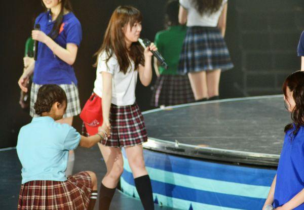 岡田栞奈さんの手を握る指原さん