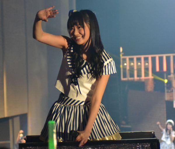 2014年3月、九州7県ツアーファイナル福岡公演。当時はオリジナル曲が少なかったこともあり、ほかのグループの曲を披露することも多かった。トロッコでファンに手を振る指原さん