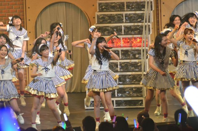 2014年3月にあった九州7県ツアーファイナルの福岡公演。当時はオリジナル曲が少なかったこともあり、ほかのグループの曲を披露することも多かった