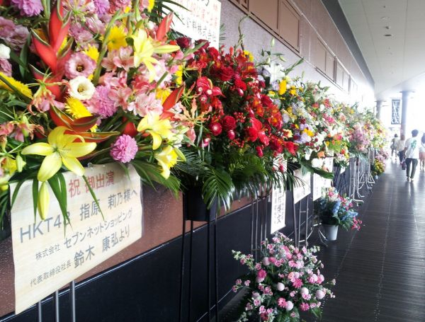2012年7月、指原さん移籍後の初公演。多くの花が飾られ、歓迎ムードが醸し出されました