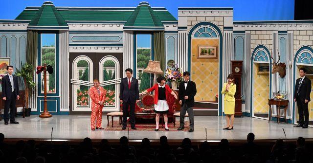 吉本新喜劇の舞台に安倍首相が出ている5分弱、両脇に警護のSPが立ち続けた=4月20日、大阪市中央区