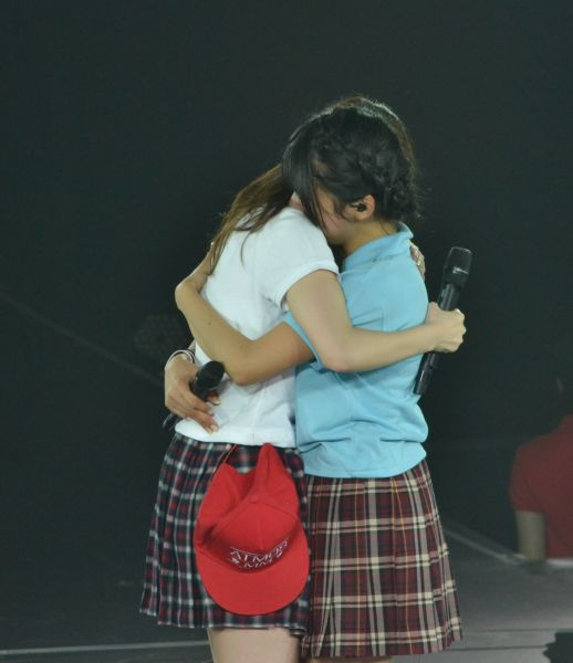 2016年3月のツアー神戸。卒業する岡田栞奈さんをステージ中央に呼び寄せ、抱きしめた指原さん。卒業ムードが一気に高まりました