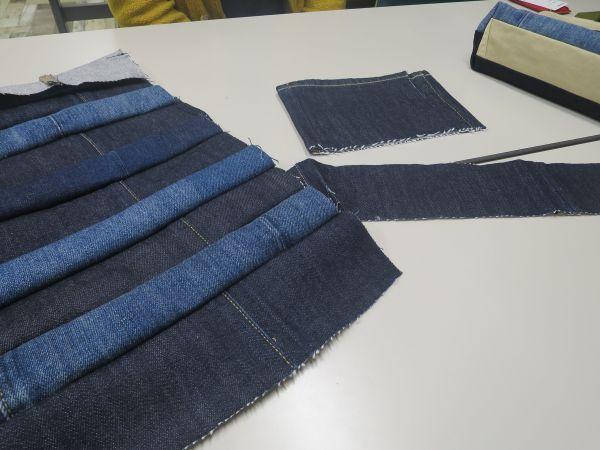 縫い合わせたハギレ。バッグの外側の生地に