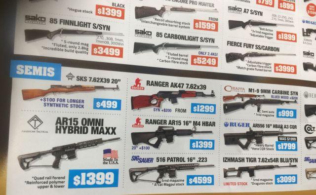 ニュージーランドにある銃販売チェーン店の広告。乱射事件の被告が使ったとされる半自動小銃も約10万円で販売されている=野上英文撮影