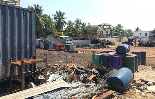 スリランカ連続爆破テロの自爆犯が所有していた金属加工工場には、電線やドラム缶が大量に並んでいた=2019年4月24日、コロンボ郊外、乗京真知撮影