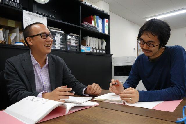 スタッフと打ち合わせをする不登校新聞の石井志昂編集長(左)