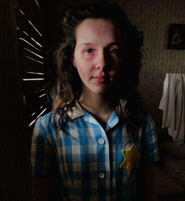 ナチスドイツの占領下に入り、ユダヤ人たちは胸に黄色い星をつけさせられました。これがいかに屈辱的か、動画では彼女の感情がリアルに描かれています