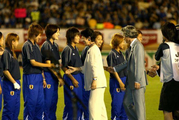 アテネ五輪代表の国際親善試合を前に、選手たちを激励し、握手する高円宮妃久子さまとは小泉純一郎首相(当時)