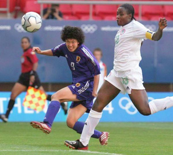 アテネ五輪、日本―ナイジェリア戦でシュートを放つ荒川恵理子選手