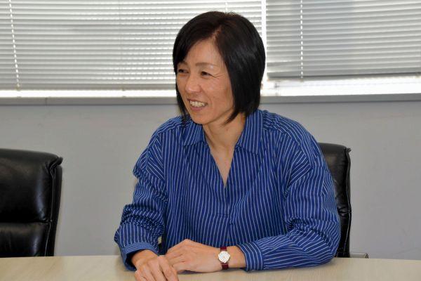 インタビュー中に笑顔を見せるサッカー日本女子代表の大部由美コーチ
