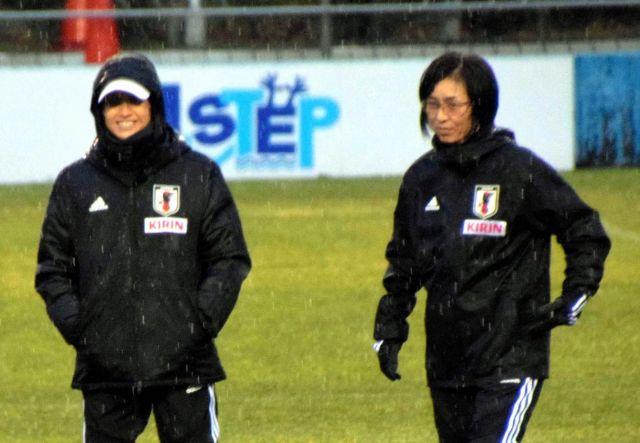 日本女子代表の大部由美コーチ(右)と高倉麻子監督