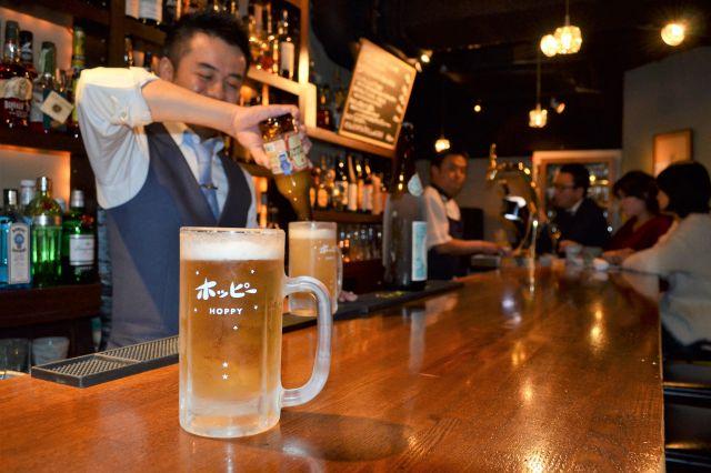 東京・銀座のバー「嘉茂」。三冷にこだわったプレミアムホッピーが味わえる。一日に100杯の注文が入ることも=東京都中央区