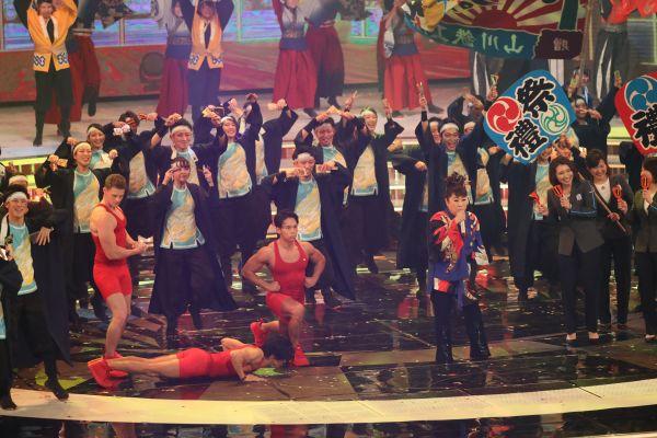 「ソーラン祭り節2018~どさんこver.~」を披露する天童よしみさんと、共演する「みんなで筋肉体操」の武田真治さんら。2018年12月31日撮影。