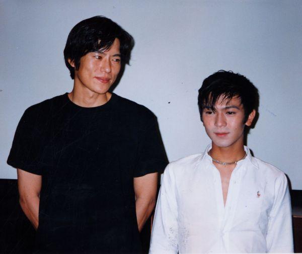 フジ人気ドラマ『ナイトヘッド』で主役の兄弟役を演じる俳優・豊川悦史さん(左)と武田真治さん 。1994年7月22日撮影。