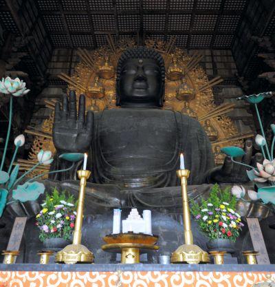 東大寺大仏殿の盧舎那仏像=2011年