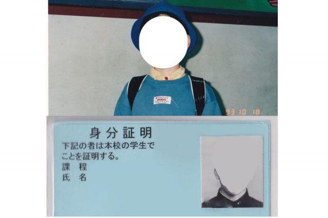 小学生だった1993年10月に撮った写真(上)と高校時代の学生証。男性の容姿で写る写真が嫌いだった時期があり、自分で顔を塗りつぶした=モカさん提供