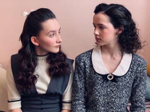 動画の中で、エバ(右)が「#bff(=Best Friend Forever)」と呼ぶ親友のアニー(左)