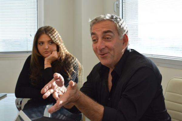 今回の企画を主導したマティ・コハビさん(右)と娘のマヤさん=2019年4月28日、ヘルツェリア〈イスラエル中部〉、高野遼撮影