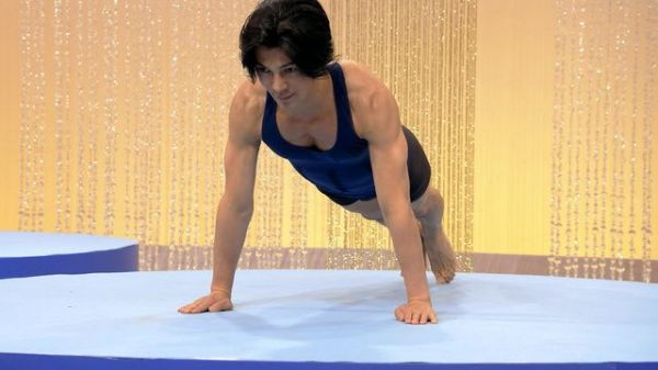 「みんなで筋肉体操」で腕立て伏せをする俳優の武田真治さん。