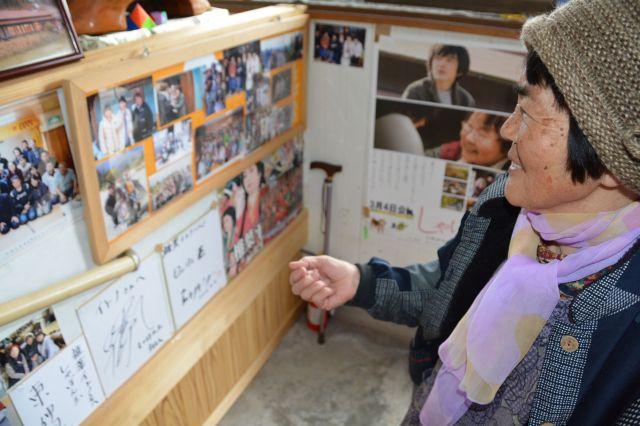 映画「しゃぼん玉」のファンのために、玄関先に出演者らの写真やサインなどを展示している椎葉イトノさん。「いつも家をきれいにしちょるわけじゃないから」と照れくさそうに話していました