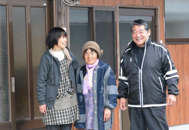椎葉イトノさん(中央)の自宅まで案内してくれた岡村正司さん(右)と千春さん夫婦。千春さんはイトノさんの娘。映画のエンドロールで「SPECIAL THANKS」の謝辞をおくられていた3人です