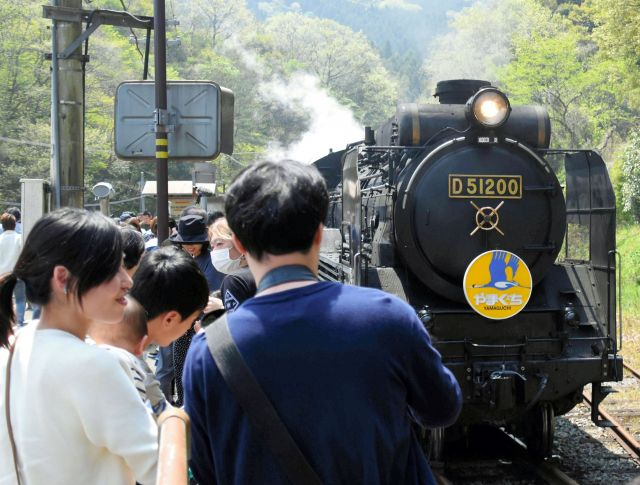 多くのファンが記念撮影をするSLやまぐち号=藤野隆晃撮影