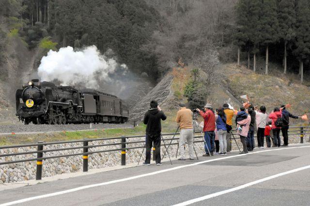 JR山口線の中でも有数の撮影スポットとなっている白井地区=島根県津和野町、金子和史撮影