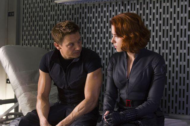 (右)スカーレット・ヨハンソン演じるナターシャ・ロマノフ/ブラック・ウィドウ。(左)ジェレミー・レナー演じるクリント・バートン/ホークアイ。