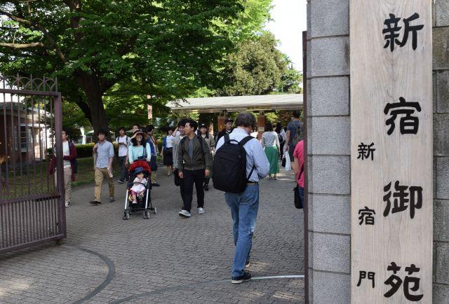 無料開放日だったこともあり、新宿御苑はひときわ混んでいた=高野真吾撮影