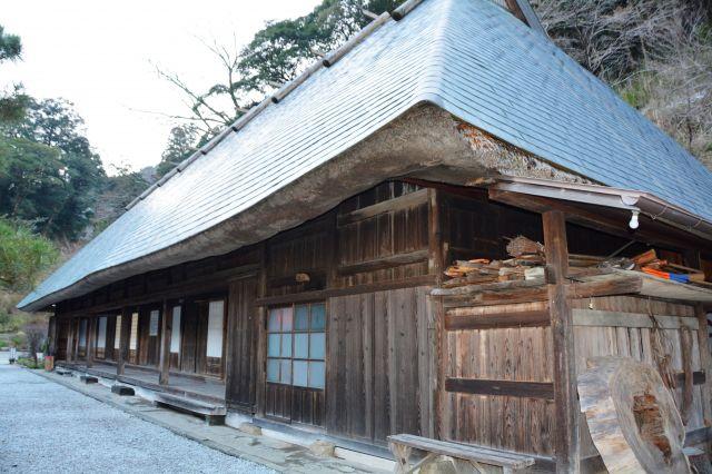 鶴富姫の墓石が敷地内に残る国指定文化財「鶴富屋敷」=宮崎県椎葉村