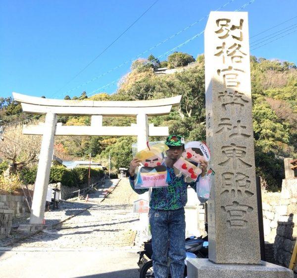 静岡・久能山東照宮の参道で撮影。「清水の次郎長」「いちごちゃん」のファンシー絵みやげとともに。