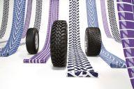 TOYO TIREのタイヤと、そのトレッドパターンを使った反物