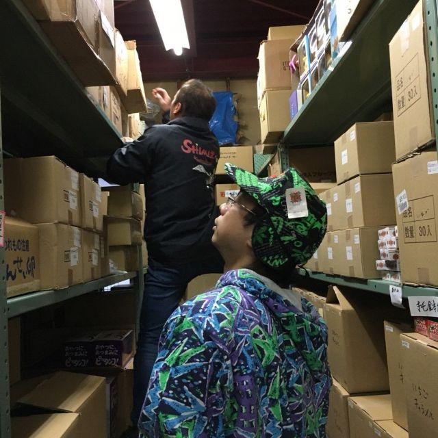 問屋さんに見せていただいた倉庫。お土産商品が入った段ボールがずらりと並んでいる。