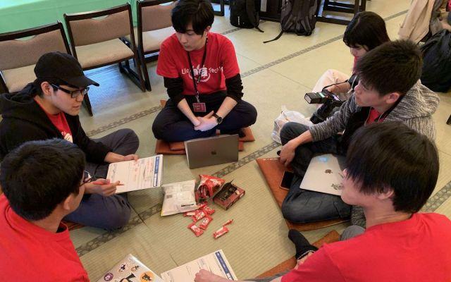 リラックスしながらミーティングをするチームもあった=静岡県伊豆の国市