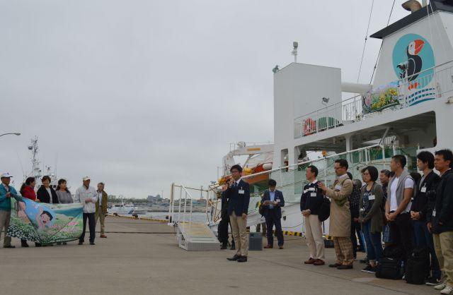 2016年7月、筆者が参加した2回目の「ビザなし交流」の訪問団の根室港での出発式。北方領土訪問に使われる旅客船「えとぴりか」に乗り込む=北海道根室市