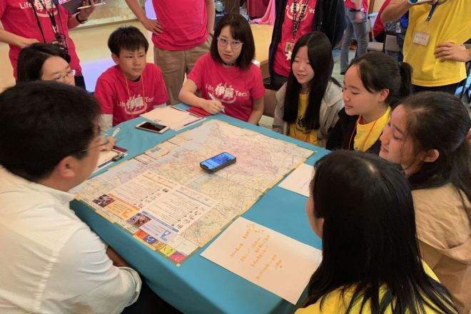 茨城県の職員からヒアリングをする中高生クリエーター=静岡県伊豆の国市でのワークショップ「Life 伊豆 Tech!」