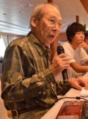 「ビザなし交流」に向かう船内で、訪問団の大半を占める戦後生まれの人たちに、元島民の「語り部」として体験談を語る山本忠平さん。神戸市から参加した=2016年7月、北方領土周辺