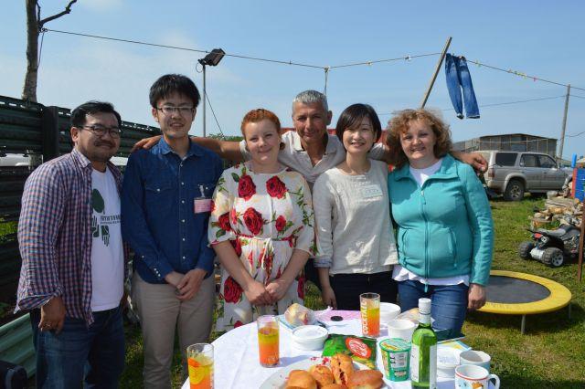 左端が福岡琢己さん、右から2人目が芦崎未帆さん。2016年7月の「ビザなし交流」でロシア人住民の漁師の家を訪れ、家族から昼食をふるまわれた=択捉島別飛