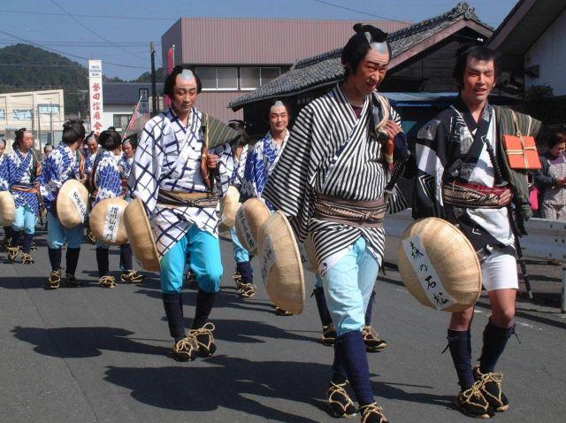 静岡県の森町でおこなわれた清水次郎長一家28人衆の仮装行列=2004年