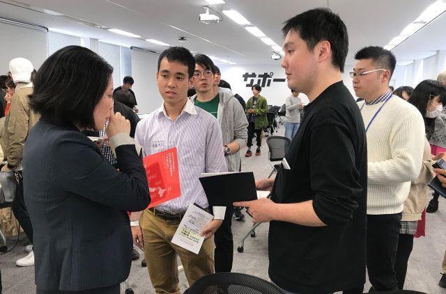 企業の人事担当者(左)と熱心に話す参加者