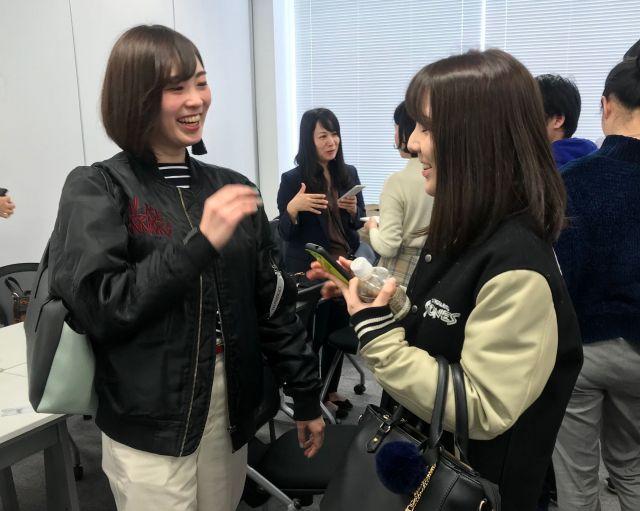 参加者と話す後藤さん(左)