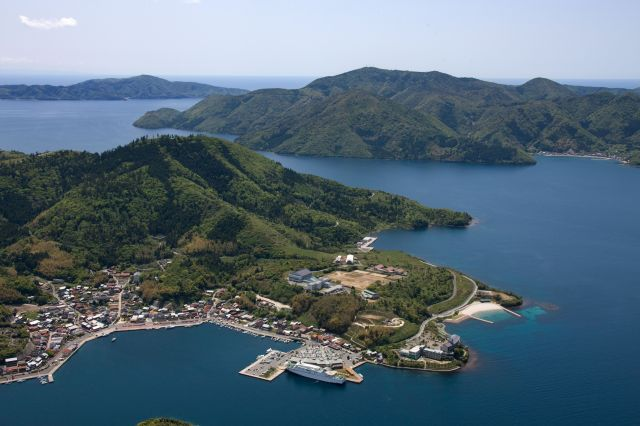 海を見下ろす丘の上に立つ、島前地域で唯一の高校
