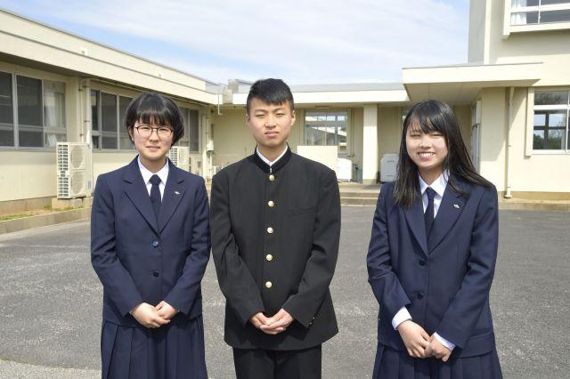 島外から来た新入生。左から小庭凜さん、末田大朗さん、横田桜子さん
