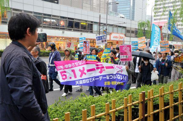 銀座に差しかかった中核派のデモ隊。この日も全学連活動家が動画を撮影していた=2019年5月1日午後、東京・銀座