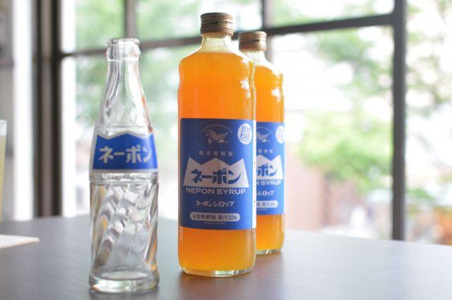 ネーポンのシロップタイプ(右)と以前販売されていたネーポンの瓶