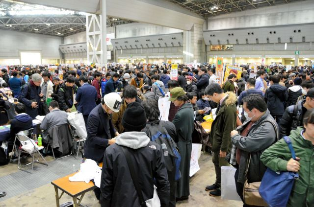 コミケの会場。最終日の大みそかは1万1400のサークルが出展し、21万人が訪れた