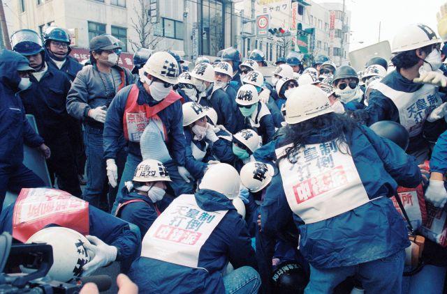 天皇陛下が即位の礼を終えた報告をするため関西を訪問するのに反対して、中核派などの集会が開かれた=1990年12月2日、京都市上京区