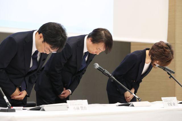 不正確な医療記事を掲載していた問題で謝罪するDeNAの南場智子会長(右)=2016年